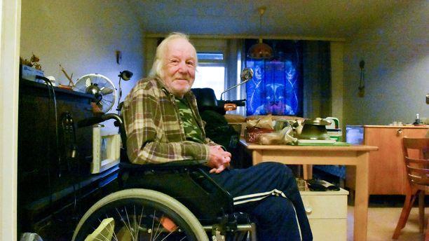 Pyörätuolissa istuvalla Jaakko Pirkolalla ei ole toivoa päästä ulos ennen hissin korjaamista.