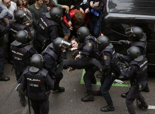 Katalonian kaupunkien kaduilla Espanjan poliisi on ottanut yhteen väkijoukkojen kanssa.