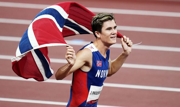 Jakob Ingebrigtsen juhli 1 500 metrin voittoa Tokiossa.