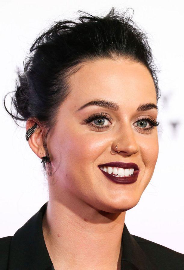 Katy Perry suosii siroa nenärengasta.