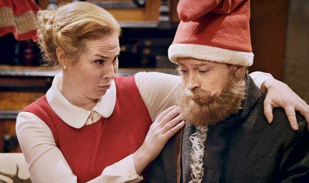 Miia Nuutila on Joulumuori ja Kari Ketonen Viestitonttu elokuvassa Kadonnut: Joulupukki.