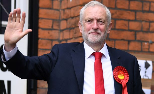 Labour-johtaja Jeremy Corbyn kuvattuna äänestyspaikalla.