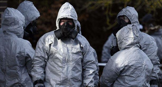 Poliisia avustaa tutkinnassa 180 Britannian asevoimien työntekijää. Heidän joukossaan on kemiallisten aseiden asiantuntijoita.