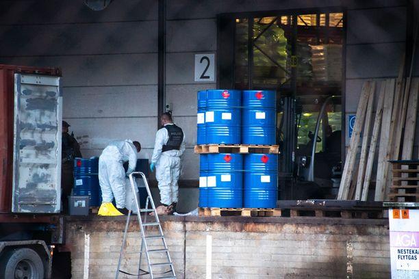 Poliisi tutki kemikaalivarastoa maanantaina.
