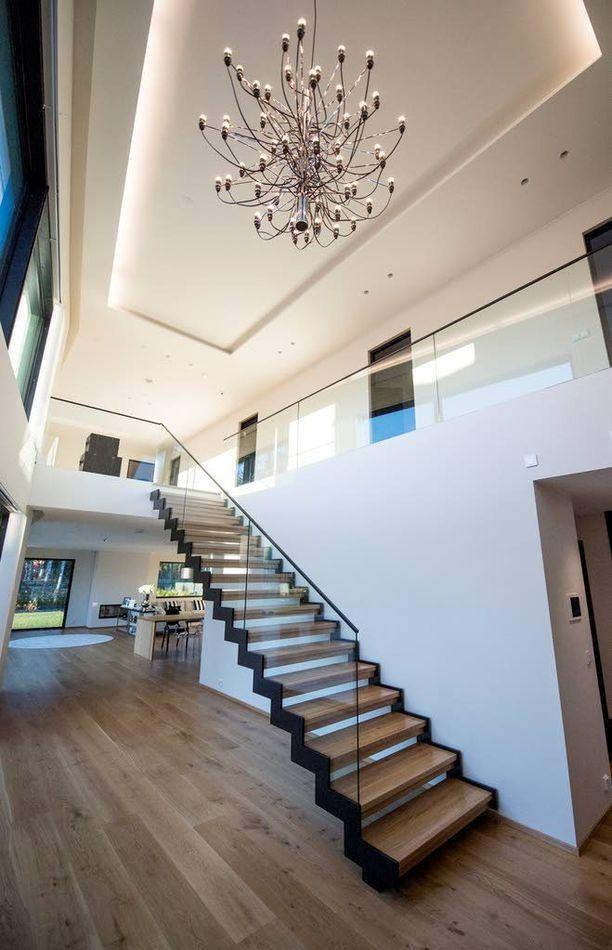 Kauniit portaat vievät yläkertaan.