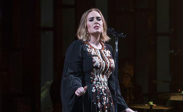 Adele ei ole halvimmasta päästä, kun etsitään häälaulajaa.