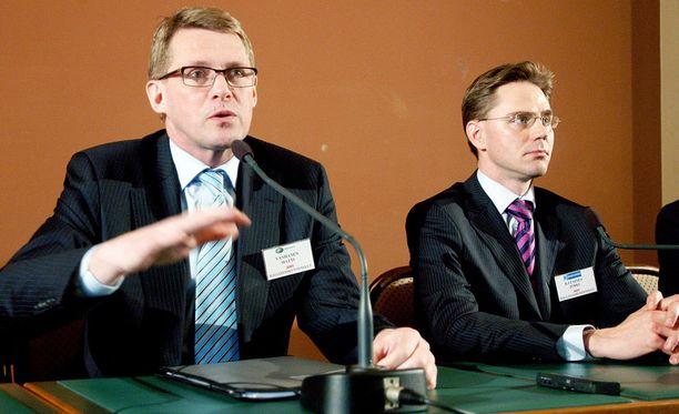 Matti Vanhasella (kesk) ja Jyrki Kataisella (kok) oli ongelmana, minne ylimääräinen raha laitetaan.