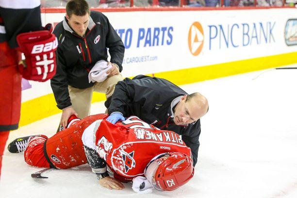 Joni Pitkäsen loukkaantumisen jälkeen NHL muutti pitkä kiekko -sääntönsä. Suomalaisen ura oli kuitenkin pilalla.