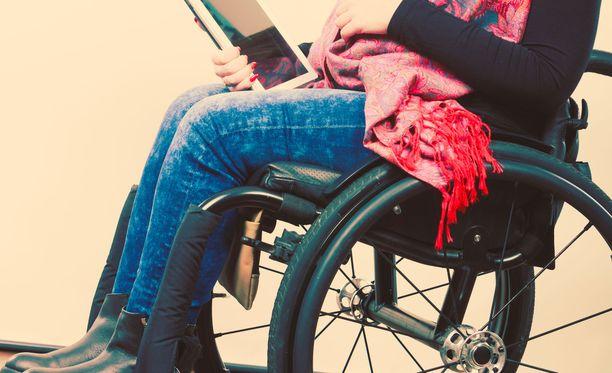 Nykyisin Katja jaksaa istua pyörätuolissa muutaman tunnin päivässä. Kuvituskuva.