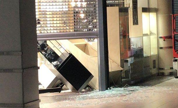 Lasinsiruja oli kaikkialla, kun tekijät olivat rikkoneet kauppakeskus Jumbossa sijainneen Laatukoru-liikkeen ikkunan.