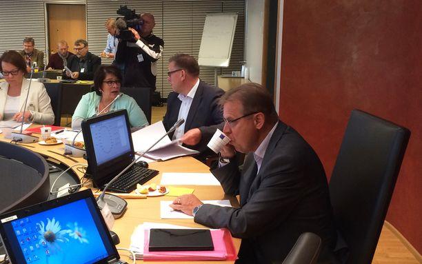 SAK:n puheenjohtaja Lauri Lyly hörppi kahvia kokouksen aluksi.