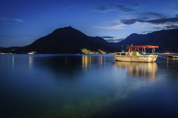 Veneitä Perastin satamassa Kotorinlahdella.