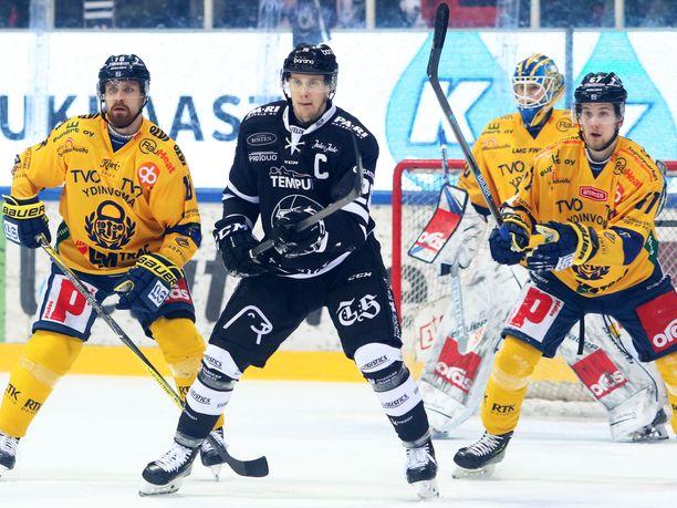 Lauri Korpikoski taisteli Rony Ahosen ja Roni Seväsen välissä Lukon maalilla.