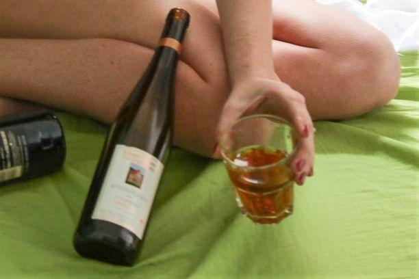 Uhrin mukaan hän olisi asunnolla juonut viisi lasillista - nähtävästi viiniä. Kuvituskuva.