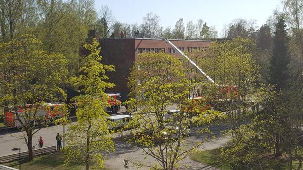Tilannekuvaa palokunnan työskentelystä Seunalantiellä. Tulipalosta muodostui toisella hetkellä runsaasti savua.