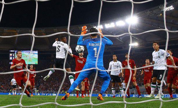 Liverpoolin Georginio Wijnaldum puskee pallon maaliin.