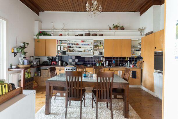 Keittiössä on kodikas tunnelma.