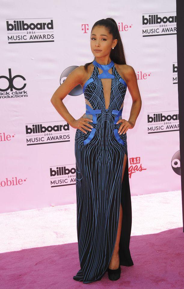 Violetin sininen sävy sointuu upeasti Ariana Granden tummaan ihoon. Tämä look on vuodelta 2016.