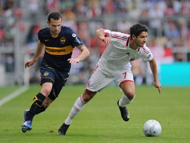 Guillermo Marino (vasemmalla) taistelemassa pallosta AC Milanin Alexandre Patoa vastaan vuonna 2009.