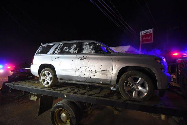 Viranomaiset siirsivät luodinreikien täplittämää autoa Tepicissä helmikuun 10. päivä. Tulitaistelussa kuoli useita Beltran Leyva -kartellin jäseniä, mukaan lukien sen johtaja.