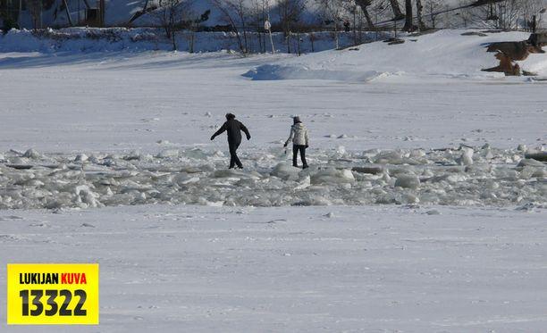 Tämä näky jäällä Korkeasaaren edustalla sai monet ulkoilijat seuraamaan lopputulosta.