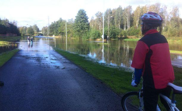 Mankkaanlaaksontie Espoossa näytti tältä sunnuntaina.