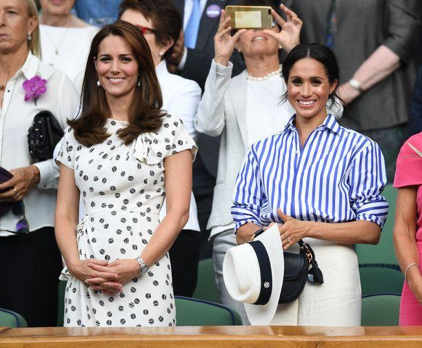 Kate ja Meghan nauttivat tennisottelusta tyylikkäinä.