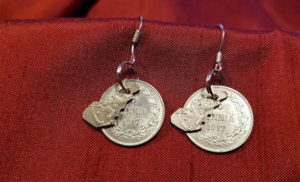 Koruista löytyy paljon Suomen historiaa: hopearahan kaverina on Suomen kartta, joka on sahattu korusahalla ensimmäisistä 25-pennisistä, joissa on takana Suomen leijona.