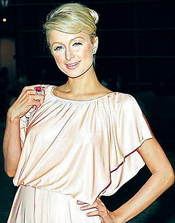 Paris Hilton kertoo Miss USA:n ensin herjanneen häntä ja pamauttaneen sen jälkeen nyrkillä naamaan.