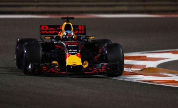 Daniel Ricciardo ei ollut tyytyväinen Romain Grosjeanin ajolinjoihin.