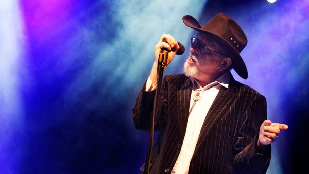 Topi Sorsakoski vaikutti myös Agents-yhtyeen solistina. Kuvassa Topi Agentsin kanssa lavalla vuonna 2009.