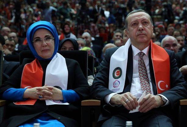 Turkin presidentti on sitä mieltä, että nainen on ennen kaikkea äiti. Vaimo puolestaan näkee haaremissa hyviä puolia.
