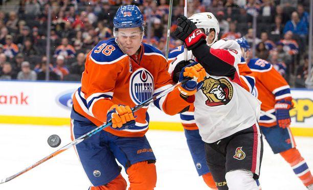 Jesse Puljujärvi (vas.) on pelaamassa itseään Oilersin vakiokasvoksi.