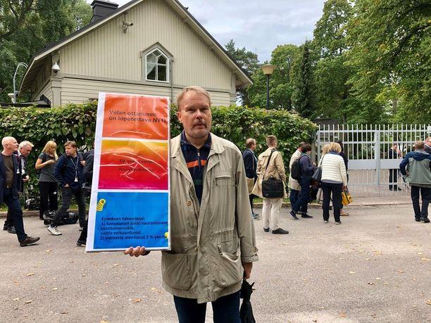 Sinisten jäseneksi ja taustavaikuttajaksi itsensä esitellyt Esko Nurminen järjesti Kesärannan ulkopuolella yhden miehen mielenosoituksen. Nurmisen mukaan nyt pitäisi tehdä sekä leikkauksia että veronkorotuksia.