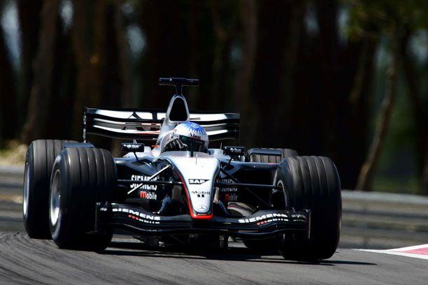 Tätä näkyä ei F1-kisoissa kaudella 2003 nähty. Kapeanokkainen McLaren MP4/18 ei koskaan päässyt yli vaarallisista heikkouksistaan.