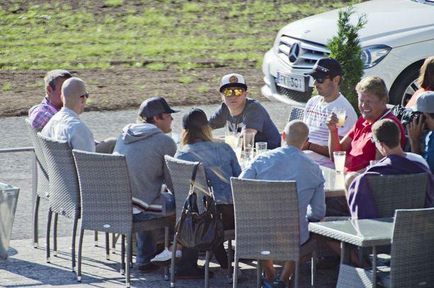 Kimi Räikkönen välttelee suosittuja paikkoja. Tässä hän nauttii kesäjuomia syrjäisellä, vasta-avatulla terassilla ystäviensä ympäröimänä.