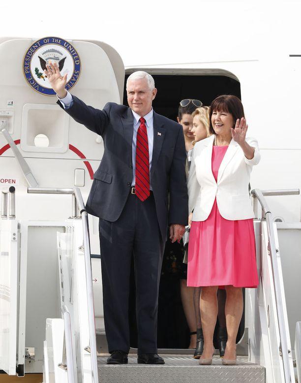 Yhdysvaltain varapresidentti Mike Pence ja hänen vaimonsa Karen Pence saapuivat Etelä-Koreaan kolmen päivän vierailulle, keskelle ydinasejännitteitä Korean niemimaalla.