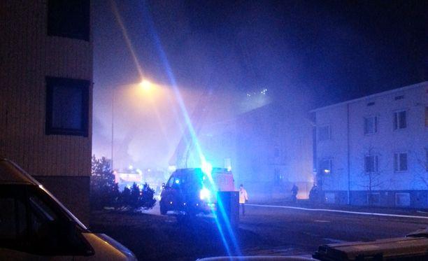 Iltalehden paikalla olleen lukijan mukaan naapurustoon levisi sankkaa savua.
