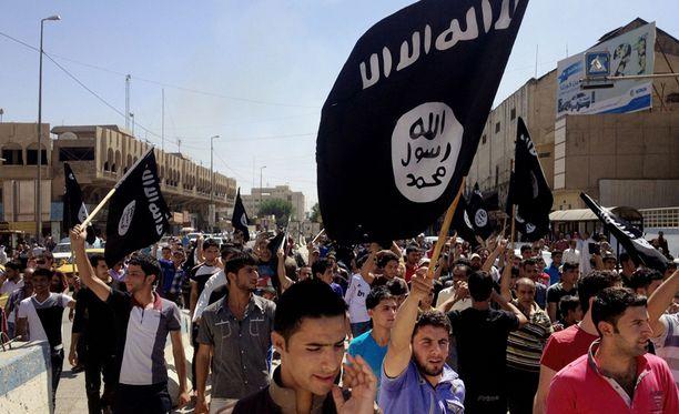 Islamistiryhmän kannattajat huusivat iskulauseita mosulilaisen hallintorakennuksen edustalla. Arkistokuva.