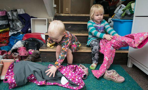 Perheen nuorimmat Kisu ja Pinkki ovat jo omatoimisia.