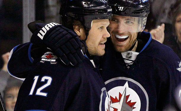 Olli Jokinen ja Blake Wheeler iloitsevat Winnipegin 2-2-maalista.