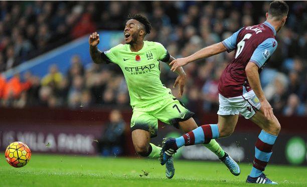 Raheem Sterling kaatuu Aston Villan Ciaran Clarkin jalkaan. Liika teatraalisuus vie kuitenkin mahdollisuuden pilkkuun.