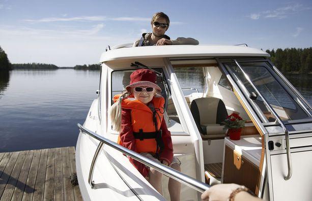 Lakiluonnoksen mukaan venevero olisi 100-300 euroa vuodessa riippuen siitä, mikä veneen moottoriteho tai pituus on. Moottoripyörille tulisi 150 euron vuotuinen vero. Molemmista veroista on päätetty hallitusohjelmassa. Veroja ovat ajaneet perussuomalaiset.