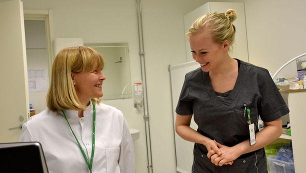 Lääkäri Kati Strandman-Kilpeläinen ja sairaanhoitaja Teija Hietala tekevät saumatonta yhteistyötä PerusTerveydessä.