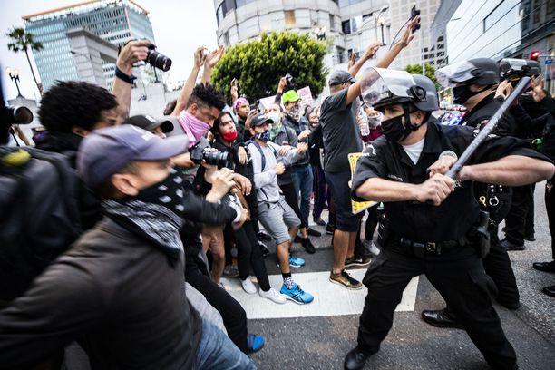 Mellakkapoliisit yrittivät rauhoittaa väkijoukkoa Los Angelesissa.