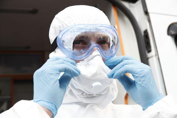 Vain riittävät suojavarusteet takaavat, ettei koronavirus pääse yllättämään hengitysilman kautta.