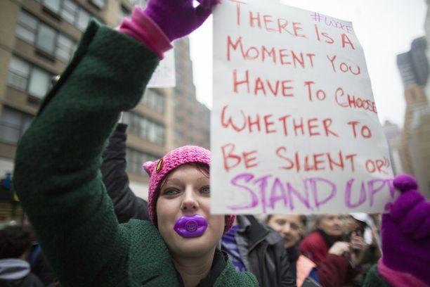 Monet olivat pukeutuneet vaaleanpunaisiin kissankorvapipoihin ja kantoivat julisteita, joissa kritisoidaan Trumpin naisia alentavia puheita.