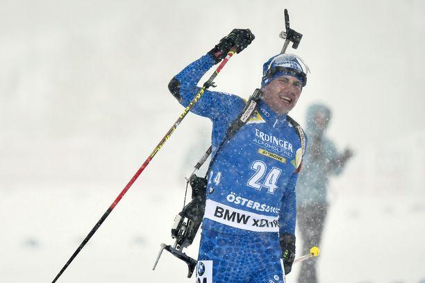 Italian Dominik Windisch taivalsi läpi tuulen ja tuiskun yhteislähdön MM-kultaan Östersundissa.