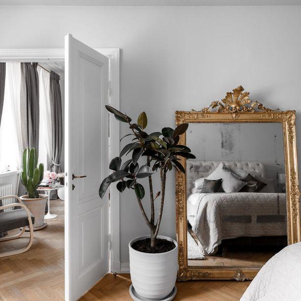 Kultareunainen peili tekee huoneesta arvokkaan näköisen.