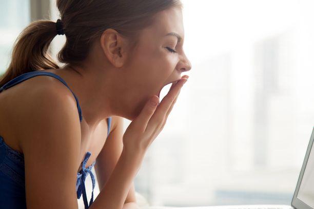 Syysväsymystä voi koettaa torjua liikunnan ja ystävien seuran lisäksi terveellisillä ruokavalinnoilla.